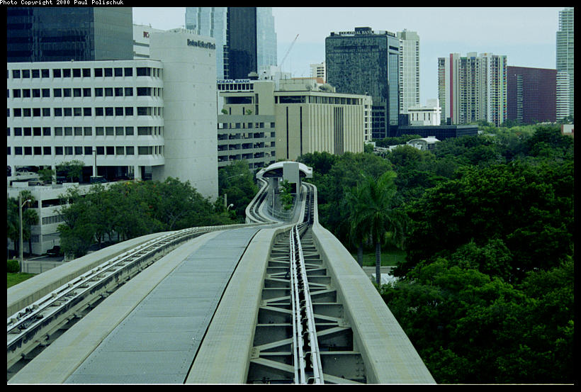 (106k, 820x553)<br><b>Country:</b> United States<br><b>City:</b> Miami, FL<br><b>System:</b> Miami Metromover<br><b>Location:</b> 8th Street <br><b>Photo by:</b> Paul Polischuk<br><b>Date:</b> 8/2000<br><b>Notes:</b> Looking south at Eighth Street Station Brickell loop.<br><b>Viewed (this week/total):</b> 5 / 4404