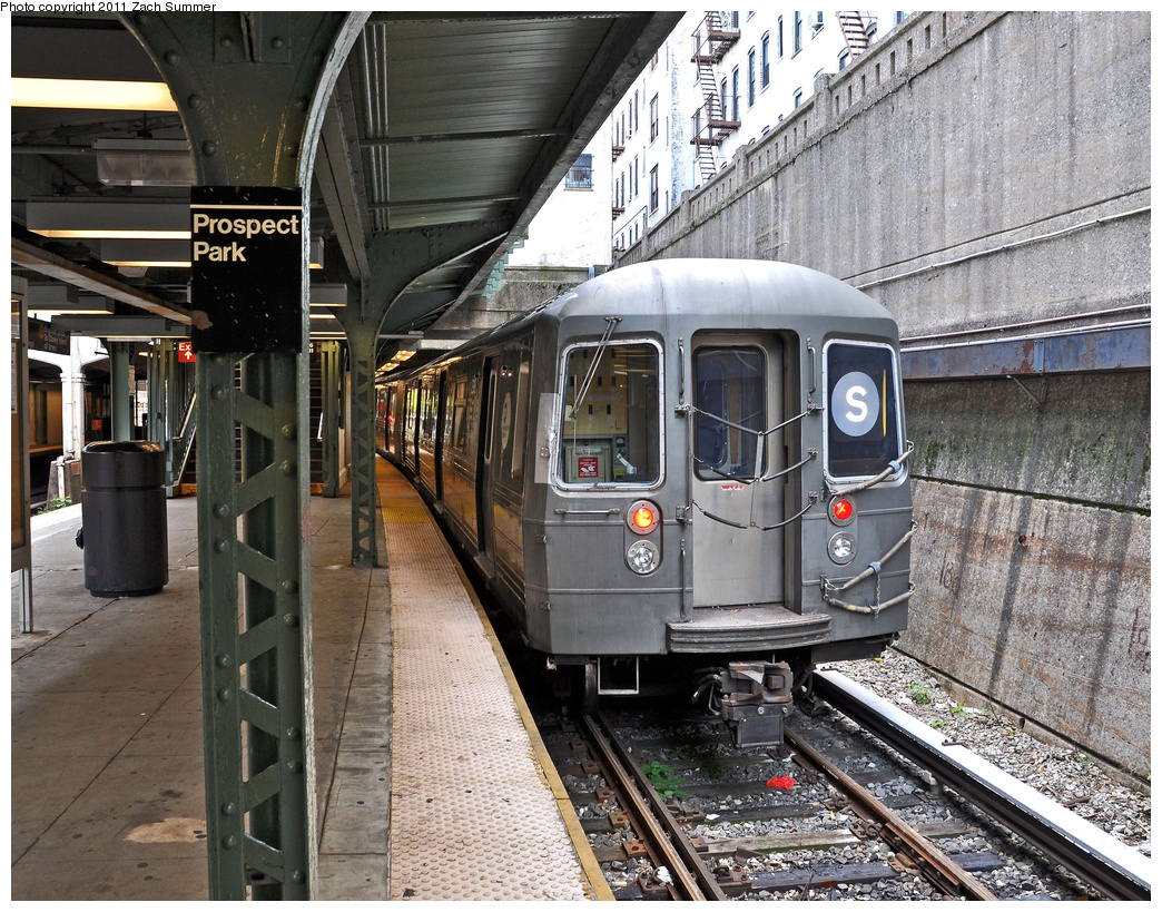 (521k, 1044x819)<br><b>Country:</b> United States<br><b>City:</b> New York<br><b>System:</b> New York City Transit<br><b>Line:</b> BMT Franklin<br><b>Location:</b> Prospect Park <br><b>Route:</b> Shuttle Layup<br><b>Car:</b> R-68 (Westinghouse-Amrail, 1986-1988)  2918 <br><b>Photo by:</b> Zach Summer<br><b>Date:</b> 10/28/2011<br><b>Viewed (this week/total):</b> 2 / 1437