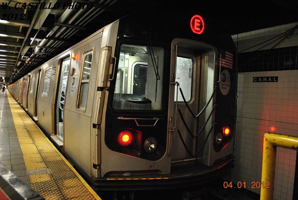 (308k, 1024x687)<br><b>Country:</b> United States<br><b>City:</b> New York<br><b>System:</b> New York City Transit<br><b>Line:</b> IND 8th Avenue Line<br><b>Location:</b> Canal Street-Holland Tunnel <br><b>Route:</b> E<br><b>Car:</b> R-160B (Option 2) (Kawasaki, 2009)  9822 <br><b>Photo by:</b> Wilfredo Castillo<br><b>Date:</b> 1/4/2012<br><b>Viewed (this week/total):</b> 5 / 681