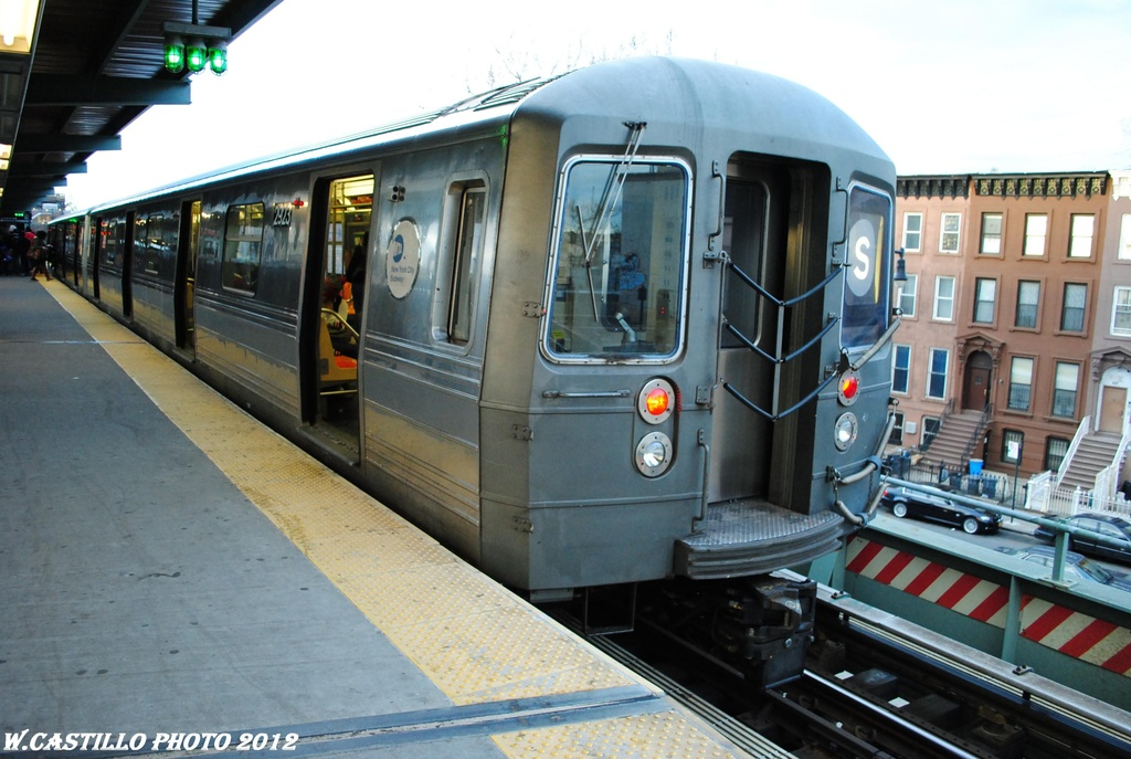 (290k, 1024x687)<br><b>Country:</b> United States<br><b>City:</b> New York<br><b>System:</b> New York City Transit<br><b>Line:</b> BMT Franklin<br><b>Location:</b> Franklin Avenue <br><b>Route:</b> Franklin Shuttle<br><b>Car:</b> R-68 (Westinghouse-Amrail, 1986-1988)  2923 <br><b>Photo by:</b> Wilfredo Castillo<br><b>Date:</b> 3/29/2012<br><b>Viewed (this week/total):</b> 8 / 1226