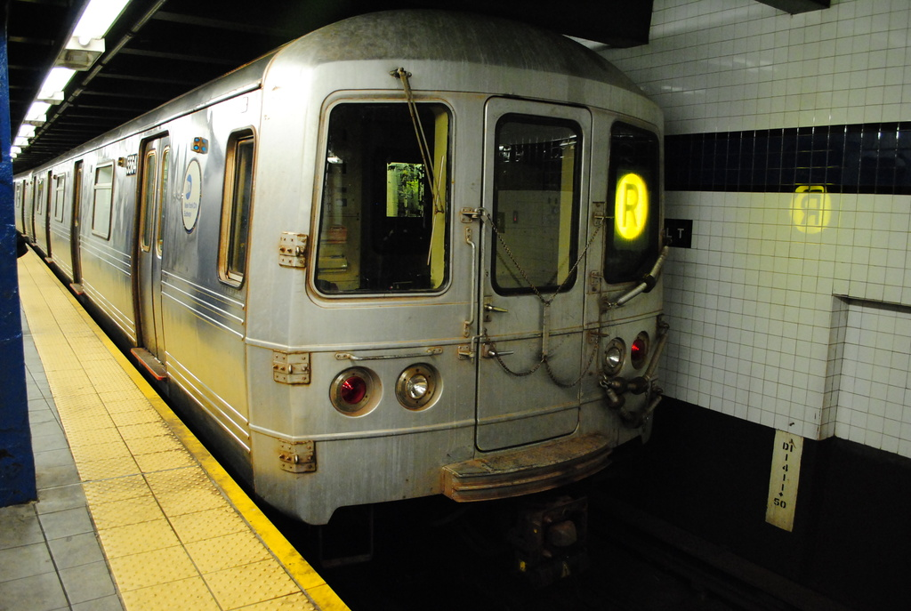 (324k, 1024x687)<br><b>Country:</b> United States<br><b>City:</b> New York<br><b>System:</b> New York City Transit<br><b>Line:</b> IND Queens Boulevard Line<br><b>Location:</b> Roosevelt Avenue <br><b>Route:</b> R<br><b>Car:</b> R-46 (Pullman-Standard, 1974-75) 5564 <br><b>Photo by:</b> Wilfredo Castillo<br><b>Date:</b> 4/2/2012<br><b>Viewed (this week/total):</b> 3 / 719