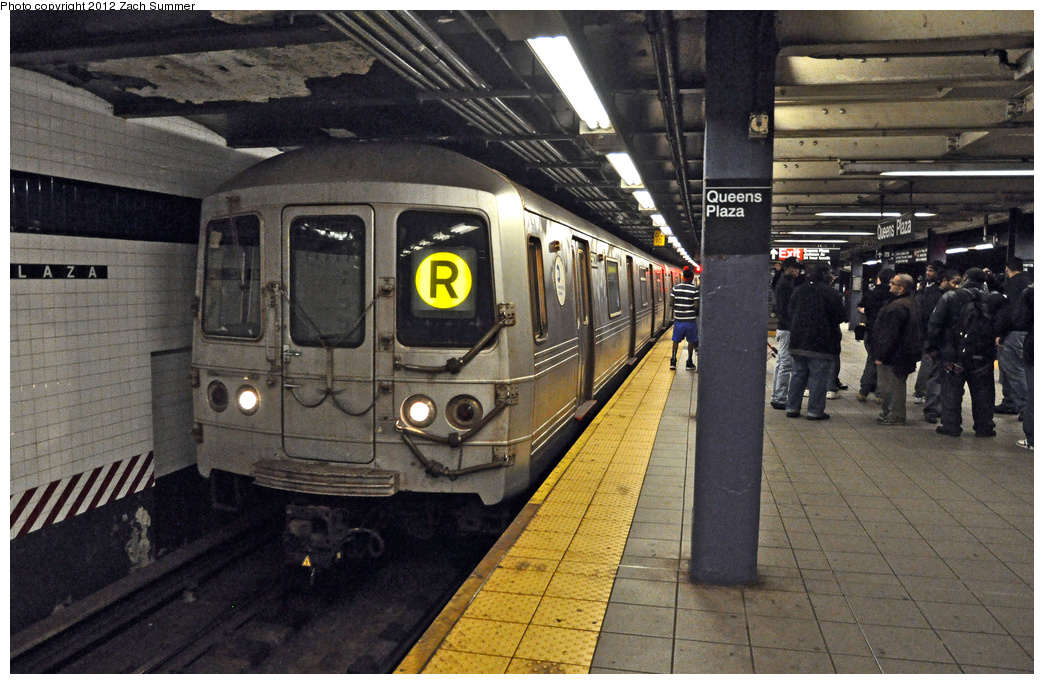 (408k, 1044x684)<br><b>Country:</b> United States<br><b>City:</b> New York<br><b>System:</b> New York City Transit<br><b>Line:</b> IND Queens Boulevard Line<br><b>Location:</b> Queens Plaza <br><b>Route:</b> R<br><b>Car:</b> R-46 (Pullman-Standard, 1974-75) 5620 <br><b>Photo by:</b> Zach Summer<br><b>Date:</b> 12/3/2011<br><b>Viewed (this week/total):</b> 0 / 792