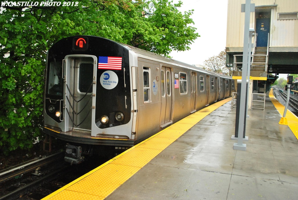 (343k, 1024x687)<br><b>Country:</b> United States<br><b>City:</b> New York<br><b>System:</b> New York City Transit<br><b>Line:</b> BMT Brighton Line<br><b>Location:</b> Kings Highway <br><b>Route:</b> Q<br><b>Car:</b> R-160B (Option 1) (Kawasaki, 2008-2009)  8998 <br><b>Photo by:</b> Wilfredo Castillo<br><b>Date:</b> 4/22/2012<br><b>Viewed (this week/total):</b> 1 / 287
