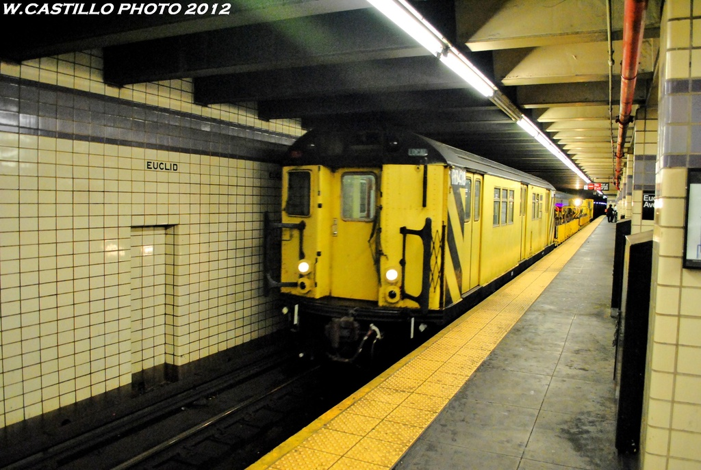 (282k, 1024x687)<br><b>Country:</b> United States<br><b>City:</b> New York<br><b>System:</b> New York City Transit<br><b>Line:</b> IND Fulton Street Line<br><b>Location:</b> Euclid Avenue <br><b>Route:</b> Work Service<br><b>Car:</b> R-161 Rider Car (ex-R-33)  RD418 <br><b>Photo by:</b> Wilfredo Castillo<br><b>Date:</b> 5/25/2012<br><b>Viewed (this week/total):</b> 0 / 775