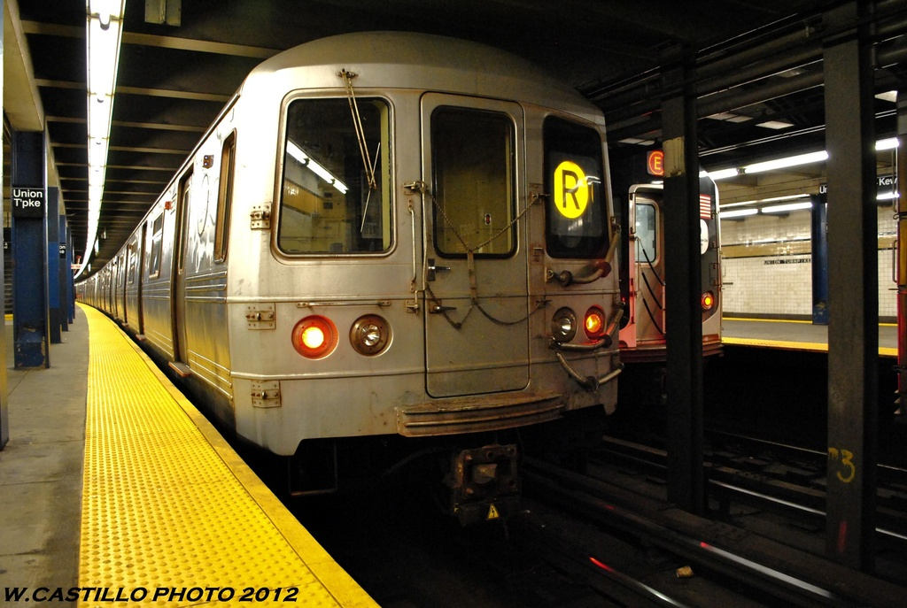 (253k, 1024x687)<br><b>Country:</b> United States<br><b>City:</b> New York<br><b>System:</b> New York City Transit<br><b>Line:</b> IND Queens Boulevard Line<br><b>Location:</b> Union Turnpike/Kew Gardens <br><b>Route:</b> R<br><b>Car:</b> R-46 (Pullman-Standard, 1974-75) 5560 <br><b>Photo by:</b> Wilfredo Castillo<br><b>Date:</b> 6/2012<br><b>Viewed (this week/total):</b> 2 / 610