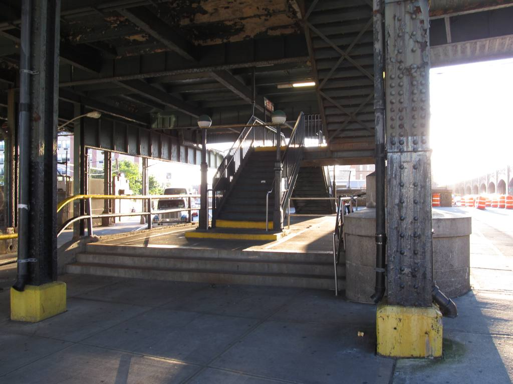 (103k, 1024x768)<br><b>Country:</b> United States<br><b>City:</b> New York<br><b>System:</b> New York City Transit<br><b>Line:</b> BMT Canarsie Line<br><b>Location:</b> Atlantic Avenue <br><b>Photo by:</b> Robbie Rosenfeld<br><b>Date:</b> 8/29/2012<br><b>Notes:</b> Station entrance<br><b>Viewed (this week/total):</b> 0 / 486