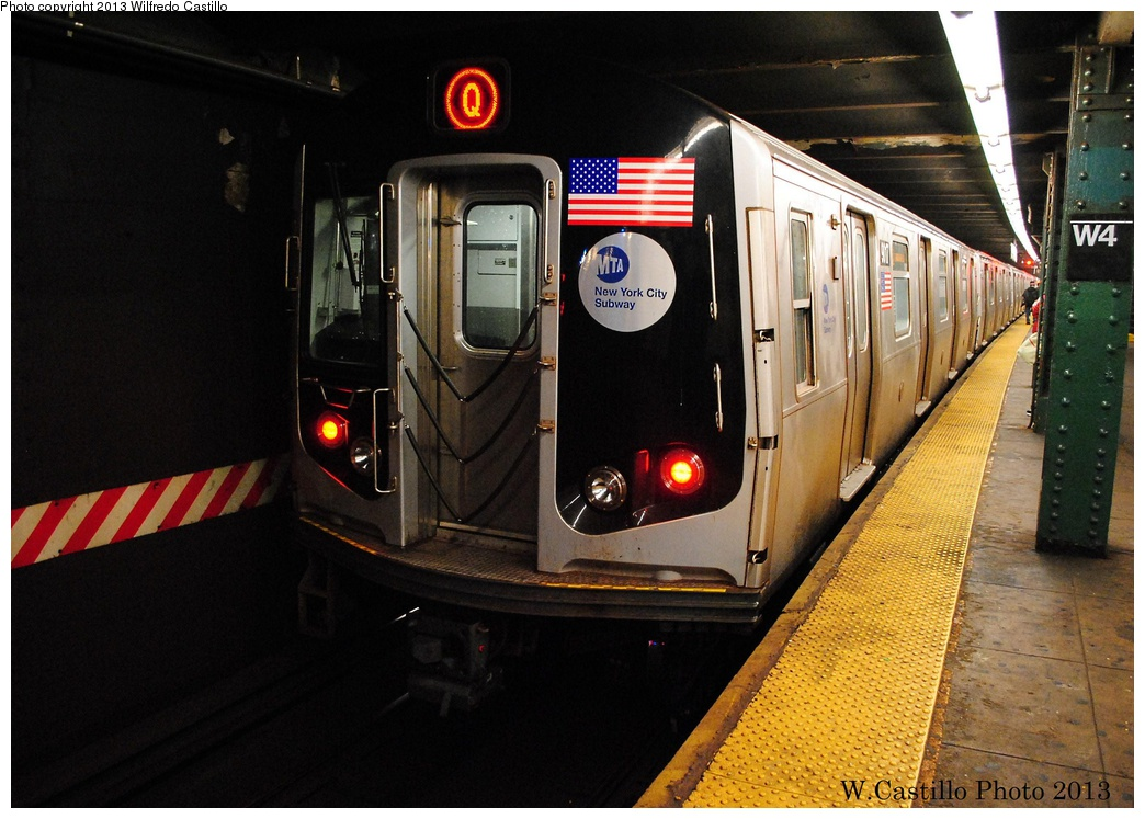 (319k, 1044x747)<br><b>Country:</b> United States<br><b>City:</b> New York<br><b>System:</b> New York City Transit<br><b>Line:</b> IND 6th Avenue Line<br><b>Location:</b> West 4th Street/Washington Square <br><b>Route:</b> Q<br><b>Car:</b> R-160B (Option 1) (Kawasaki, 2008-2009)  9017 <br><b>Photo by:</b> Wilfredo Castillo<br><b>Date:</b> 1/30/2013<br><b>Viewed (this week/total):</b> 1 / 431
