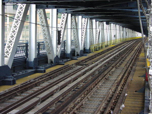 (114k, 600x450)<br><b>Country:</b> United States<br><b>City:</b> New York<br><b>System:</b> New York City Transit<br><b>Location:</b> Manhattan Bridge<br><b>Photo by:</b> Trevor Logan<br><b>Date:</b> 7/15/2001<br><b>Viewed (this week/total):</b> 3 / 5967