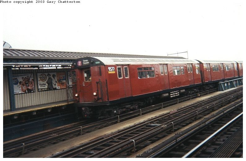 (65k, 795x521)<br><b>Country:</b> United States<br><b>City:</b> New York<br><b>System:</b> New York City Transit<br><b>Line:</b> IRT Flushing Line<br><b>Location:</b> 52nd Street/Lincoln Avenue <br><b>Route:</b> 7<br><b>Car:</b> R-36 World's Fair (St. Louis, 1963-64) 9577 <br><b>Photo by:</b> Gary Chatterton<br><b>Date:</b> 7/11/2000<br><b>Viewed (this week/total):</b> 0 / 2992