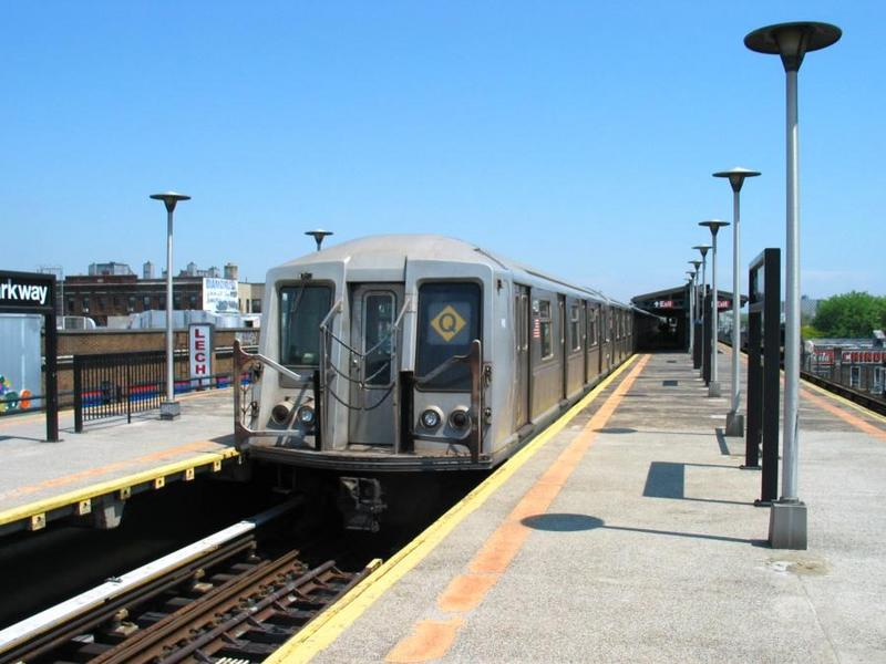 (61k, 800x600)<br><b>Country:</b> United States<br><b>City:</b> New York<br><b>System:</b> New York City Transit<br><b>Line:</b> BMT West End Line<br><b>Location:</b> Bay Parkway <br><b>Route:</b> Q<br><b>Car:</b> R-40 (St. Louis, 1968)  4423 <br><b>Photo by:</b> David of Broadway<br><b>Date:</b> 6/9/2003<br><b>Viewed (this week/total):</b> 7 / 6164