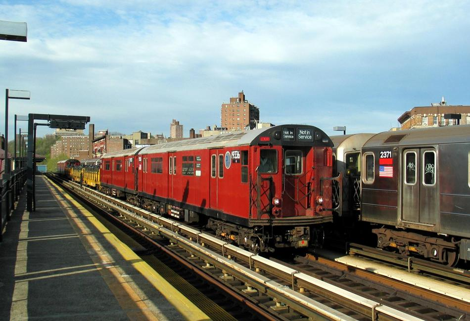 (96k, 950x648)<br><b>Country:</b> United States<br><b>City:</b> New York<br><b>System:</b> New York City Transit<br><b>Line:</b> IRT West Side Line<br><b>Location:</b> 207th Street <br><b>Route:</b> Work Service<br><b>Car:</b> R-33 World's Fair (St. Louis, 1963-64) 9336 <br><b>Photo by:</b> David of Broadway<br><b>Date:</b> 4/25/2004<br><b>Viewed (this week/total):</b> 0 / 4717