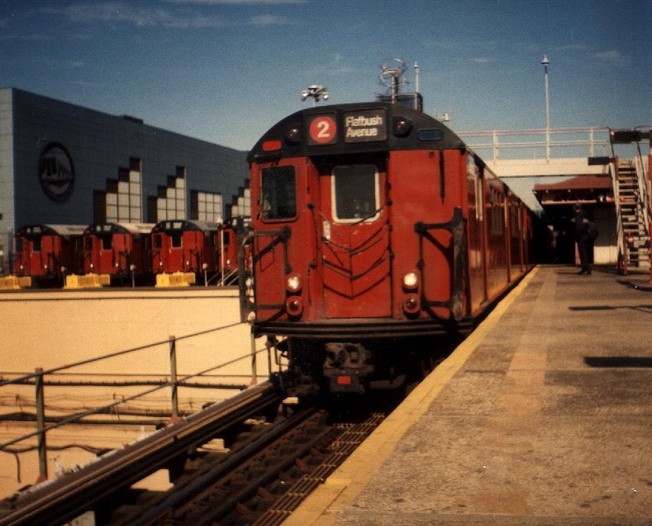 (96k, 926x748)<br><b>Country:</b> United States<br><b>City:</b> New York<br><b>System:</b> New York City Transit<br><b>Line:</b> IRT White Plains Road Line<br><b>Location:</b> East 180th Street <br><b>Route:</b> 2<br><b>Car:</b> R-33 Main Line (St. Louis, 1962-63) 8899 <br><b>Photo by:</b> Gary Chatterton<br><b>Date:</b> 3/2000<br><b>Viewed (this week/total):</b> 3 / 4613