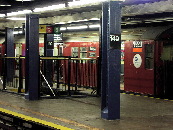 (83k, 600x450)<br><b>Country:</b> United States<br><b>City:</b> New York<br><b>System:</b> New York City Transit<br><b>Line:</b> IRT Woodlawn Line<br><b>Location:</b> 149th Street/Grand Concourse <br><b>Route:</b> 4<br><b>Car:</b> R-33 Main Line (St. Louis, 1962-63) 9228 <br><b>Photo by:</b> Trevor Logan<br><b>Date:</b> 7/14/2001<br><b>Viewed (this week/total):</b> 4 / 8233
