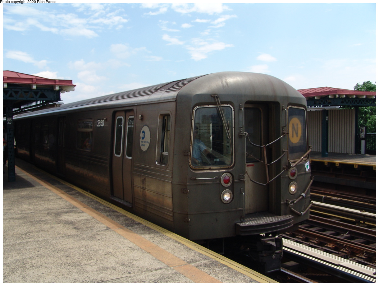 (80k, 820x620)<br><b>Country:</b> United States<br><b>City:</b> New York<br><b>System:</b> New York City Transit<br><b>Line:</b> BMT Astoria Line<br><b>Location:</b> 36th/Washington Aves. <br><b>Route:</b> N<br><b>Car:</b> R-68 (Westinghouse-Amrail, 1986-1988)  2850 <br><b>Photo by:</b> Richard Panse<br><b>Date:</b> 6/19/2004<br><b>Viewed (this week/total):</b> 5 / 2638