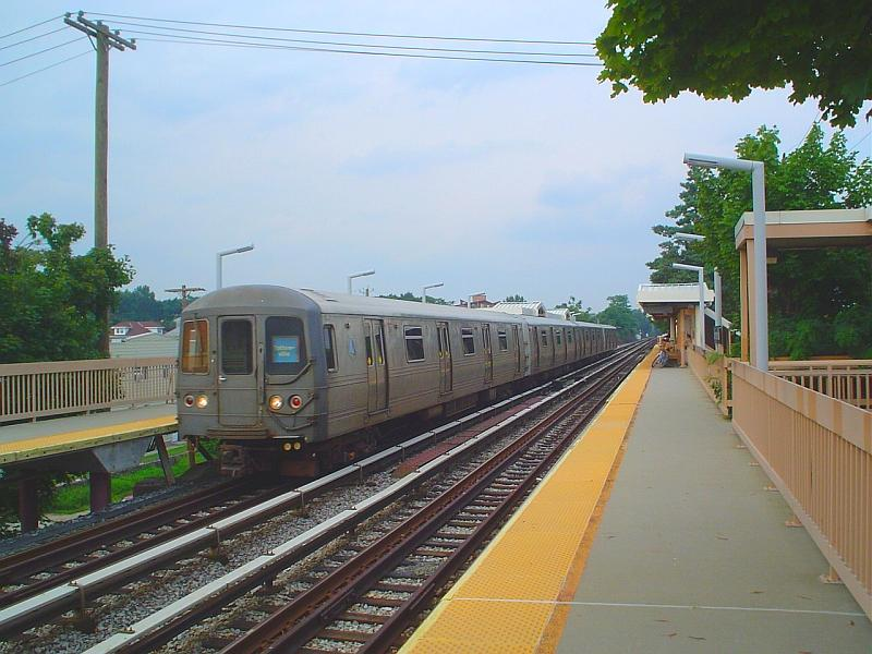(84k, 800x600)<br><b>Country:</b> United States<br><b>City:</b> New York<br><b>System:</b> New York City Transit<br><b>Line:</b> SIRT<br><b>Location:</b> Dongan Hills <br><b>Car:</b> R-44 SIRT (St. Louis, 1971-1973)  <br><b>Photo by:</b> Chris Slaight<br><b>Date:</b> 8/4/2004<br><b>Viewed (this week/total):</b> 2 / 7474
