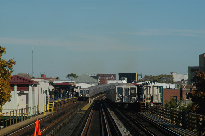 (112k, 720x478)<br><b>Country:</b> United States<br><b>City:</b> New York<br><b>System:</b> New York City Transit<br><b>Line:</b> BMT Astoria Line<br><b>Location:</b> 30th/Grand Aves. <br><b>Route:</b> W<br><b>Car:</b> R-40 (St. Louis, 1968)   <br><b>Photo by:</b> Peter Ehrlich<br><b>Date:</b> 10/28/2004<br><b>Viewed (this week/total):</b> 0 / 2867