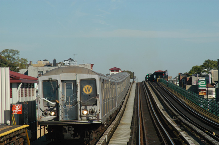 (117k, 720x478)<br><b>Country:</b> United States<br><b>City:</b> New York<br><b>System:</b> New York City Transit<br><b>Line:</b> BMT Astoria Line<br><b>Location:</b> 39th/Beebe Aves. <br><b>Route:</b> W<br><b>Car:</b> R-40 (St. Louis, 1968)   <br><b>Photo by:</b> Peter Ehrlich<br><b>Date:</b> 10/28/2004<br><b>Viewed (this week/total):</b> 5 / 2974