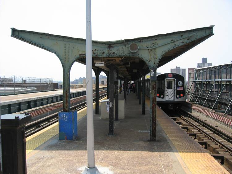 (58k, 750x562)<br><b>Country:</b> United States<br><b>City:</b> New York<br><b>System:</b> New York City Transit<br><b>Line:</b> BMT Canarsie Line<br><b>Location:</b> Atlantic Avenue <br><b>Photo by:</b> Robbie Rosenfeld<br><b>Date:</b> 5/17/2005<br><b>Viewed (this week/total):</b> 1 / 2866
