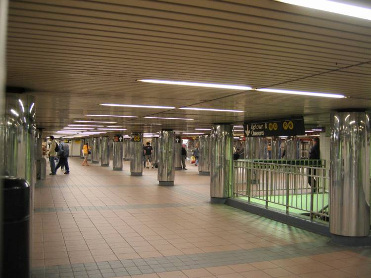 (54k, 750x562)<br><b>Country:</b> United States<br><b>City:</b> New York<br><b>System:</b> New York City Transit<br><b>Line:</b> BMT Broadway Line<br><b>Location:</b> 34th Street/Herald Square <br><b>Photo by:</b> Robbie Rosenfeld<br><b>Date:</b> 5/2005<br><b>Viewed (this week/total):</b> 4 / 4363