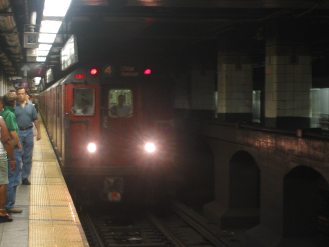 (65k, 640x480)<br><b>Country:</b> United States<br><b>City:</b> New York<br><b>System:</b> New York City Transit<br><b>Line:</b> IRT East Side Line<br><b>Location:</b> Grand Central <br><b>Route:</b> 4<br><b>Car:</b> R-33 Main Line (St. Louis, 1962-63) 9285 <br><b>Photo by:</b> Oren H.<br><b>Date:</b> 8/6/2002<br><b>Viewed (this week/total):</b> 7 / 4392