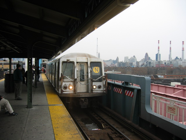 (87k, 640x480)<br><b>Country:</b> United States<br><b>City:</b> New York<br><b>System:</b> New York City Transit<br><b>Line:</b> BMT Astoria Line<br><b>Location:</b> Queensborough Plaza <br><b>Route:</b> N<br><b>Car:</b> R-40 (St. Louis, 1968)   <br><b>Photo by:</b> Oren H.<br><b>Date:</b> 11/29/2002<br><b>Viewed (this week/total):</b> 3 / 2338