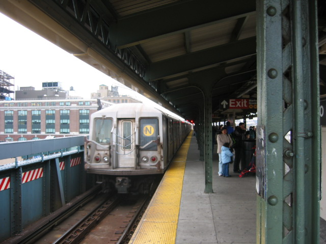 (100k, 640x480)<br><b>Country:</b> United States<br><b>City:</b> New York<br><b>System:</b> New York City Transit<br><b>Line:</b> BMT Astoria Line<br><b>Location:</b> Queensborough Plaza <br><b>Route:</b> N<br><b>Car:</b> R-40 (St. Louis, 1968)   <br><b>Photo by:</b> Oren H.<br><b>Date:</b> 11/29/2002<br><b>Viewed (this week/total):</b> 1 / 2337