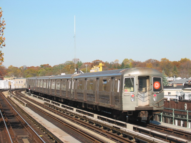 (108k, 640x480)<br><b>Country:</b> United States<br><b>City:</b> New York<br><b>System:</b> New York City Transit<br><b>Line:</b> BMT West End Line<br><b>Location:</b> Fort Hamilton Parkway <br><b>Route:</b> D<br><b>Car:</b> R-68 (Westinghouse-Amrail, 1986-1988)  2586 <br><b>Photo by:</b> Oren H.<br><b>Date:</b> 11/7/2004<br><b>Viewed (this week/total):</b> 1 / 3078