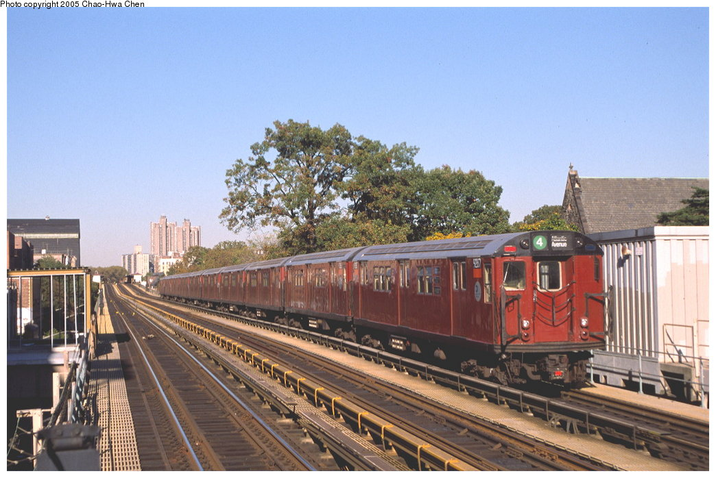 (178k, 1044x698)<br><b>Country:</b> United States<br><b>City:</b> New York<br><b>System:</b> New York City Transit<br><b>Line:</b> IRT Woodlawn Line<br><b>Location:</b> Fordham Road <br><b>Route:</b> 4<br><b>Car:</b> R-33 Main Line (St. Louis, 1962-63) 9287 <br><b>Photo by:</b> Chao-Hwa Chen<br><b>Date:</b> 10/20/2000<br><b>Viewed (this week/total):</b> 1 / 2625