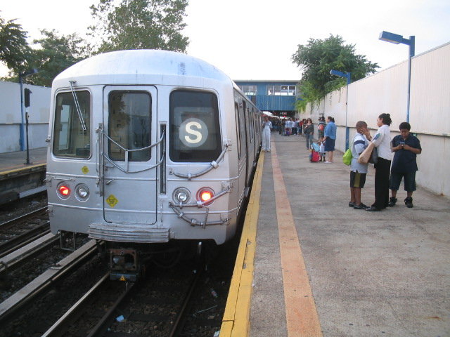 (117k, 640x480)<br><b>Country:</b> United States<br><b>City:</b> New York<br><b>System:</b> New York City Transit<br><b>Line:</b> IND Rockaway<br><b>Location:</b> Broad Channel <br><b>Route:</b> S<br><b>Car:</b> R-44 (St. Louis, 1971-73)  <br><b>Photo by:</b> Daniel Borde<br><b>Date:</b> 8/20/2005<br><b>Viewed (this week/total):</b> 0 / 3347