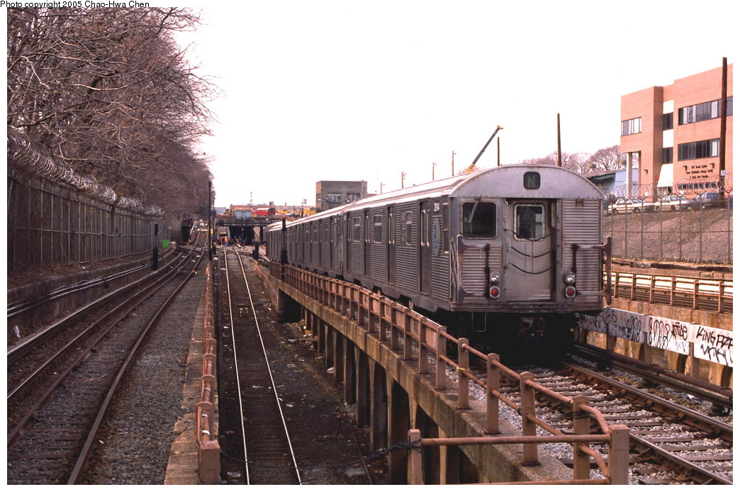 (192k, 1044x694)<br><b>Country:</b> United States<br><b>City:</b> New York<br><b>System:</b> New York City Transit<br><b>Line:</b> BMT West End Line<br><b>Location:</b> 9th Avenue <br><b>Route:</b> N<br><b>Car:</b> R-32 (Budd, 1964)  3914 <br><b>Photo by:</b> Chao-Hwa Chen<br><b>Date:</b> 3/23/1999<br><b>Notes:</b> N Train reroute.<br><b>Viewed (this week/total):</b> 1 / 4000