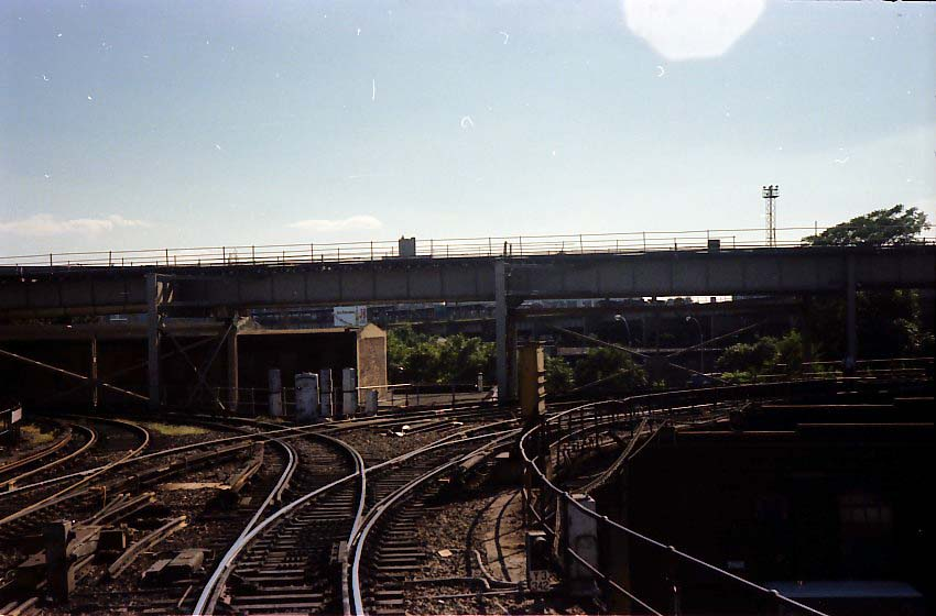 (68k, 850x560)<br><b>Country:</b> United States<br><b>City:</b> New York<br><b>System:</b> New York City Transit<br><b>Location:</b> East New York Yard/Shops<br><b>Photo by:</b> Stuart Gitlow<br><b>Date:</b> 9/11/1977<br><b>Notes:</b> East New York Yard leads.<br><b>Viewed (this week/total):</b> 1 / 1933