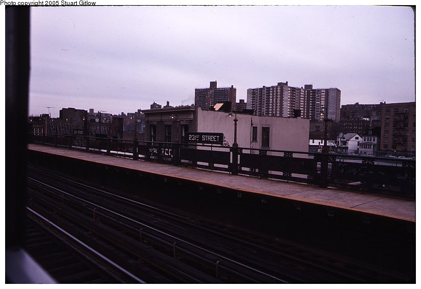 (69k, 824x566)<br><b>Country:</b> United States<br><b>City:</b> New York<br><b>System:</b> New York City Transit<br><b>Line:</b> IRT West Side Line<br><b>Location:</b> 231st Street <br><b>Photo by:</b> Stuart Gitlow<br><b>Notes:</b> 1979-Early 1980s<br><b>Viewed (this week/total):</b> 1 / 1608