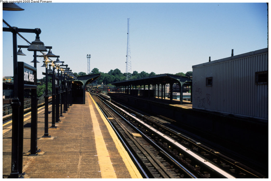 (173k, 1044x698)<br><b>Country:</b> United States<br><b>City:</b> New York<br><b>System:</b> New York City Transit<br><b>Line:</b> BMT Canarsie Line<br><b>Location:</b> Atlantic Avenue <br><b>Photo by:</b> David Pirmann<br><b>Date:</b> 8/1/1998<br><b>Viewed (this week/total):</b> 3 / 1047