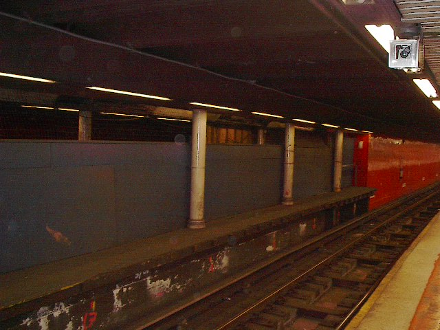 (87k, 640x480)<br><b>Country:</b> United States<br><b>City:</b> New York<br><b>System:</b> New York City Transit<br><b>Line:</b> IRT East Side Line<br><b>Location:</b> Bowling Green <br><b>Photo by:</b> Bruce Fedow<br><b>Date:</b> 11/17/2005<br><b>Notes:</b> Disused shuttle platform at Bowling Green.<br><b>Viewed (this week/total):</b> 4 / 2586