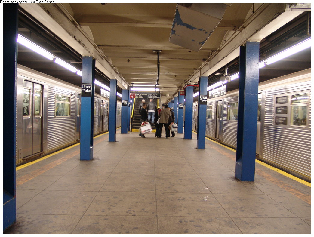 (199k, 1044x788)<br><b>Country:</b> United States<br><b>City:</b> New York<br><b>System:</b> New York City Transit<br><b>Line:</b> IND Queens Boulevard Line<br><b>Location:</b> Union Turnpike/Kew Gardens <br><b>Photo by:</b> Richard Panse<br><b>Date:</b> 12/30/2005<br><b>Viewed (this week/total):</b> 3 / 3236