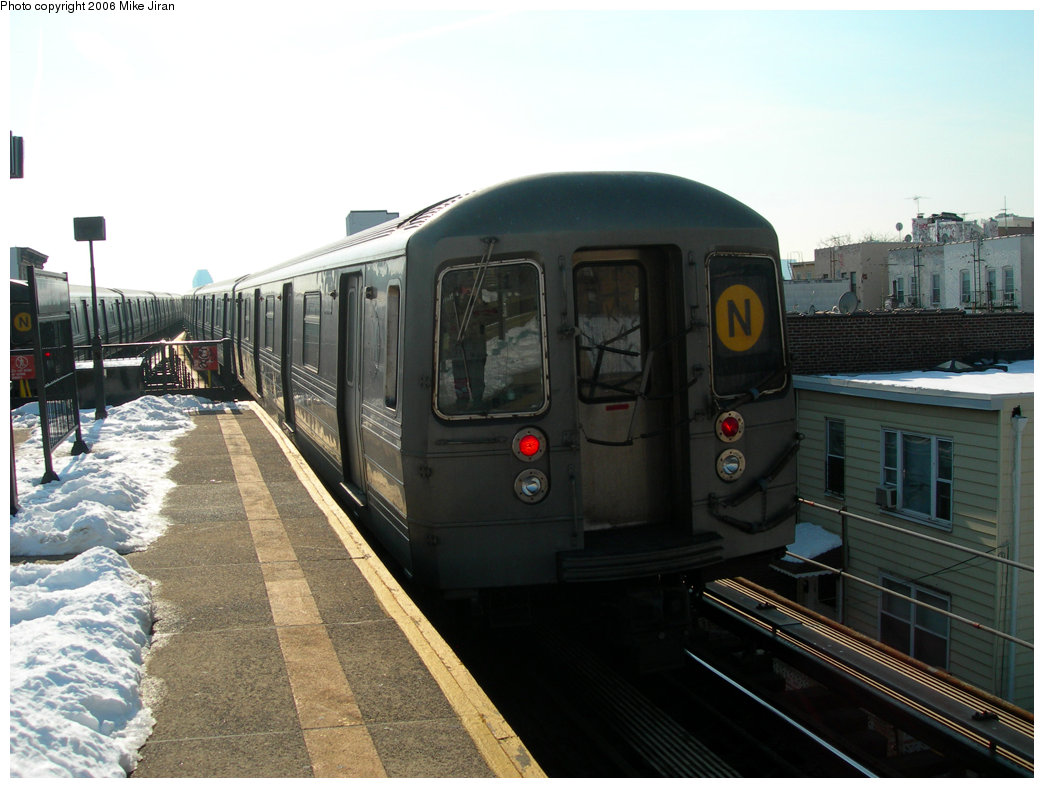 (198k, 1044x788)<br><b>Country:</b> United States<br><b>City:</b> New York<br><b>System:</b> New York City Transit<br><b>Line:</b> BMT Astoria Line<br><b>Location:</b> Astoria Boulevard/Hoyt Avenue <br><b>Route:</b> N<br><b>Car:</b> R-68 (Westinghouse-Amrail, 1986-1988)  2862 <br><b>Photo by:</b> Mike Jiran<br><b>Date:</b> 2/14/2006<br><b>Viewed (this week/total):</b> 6 / 2229