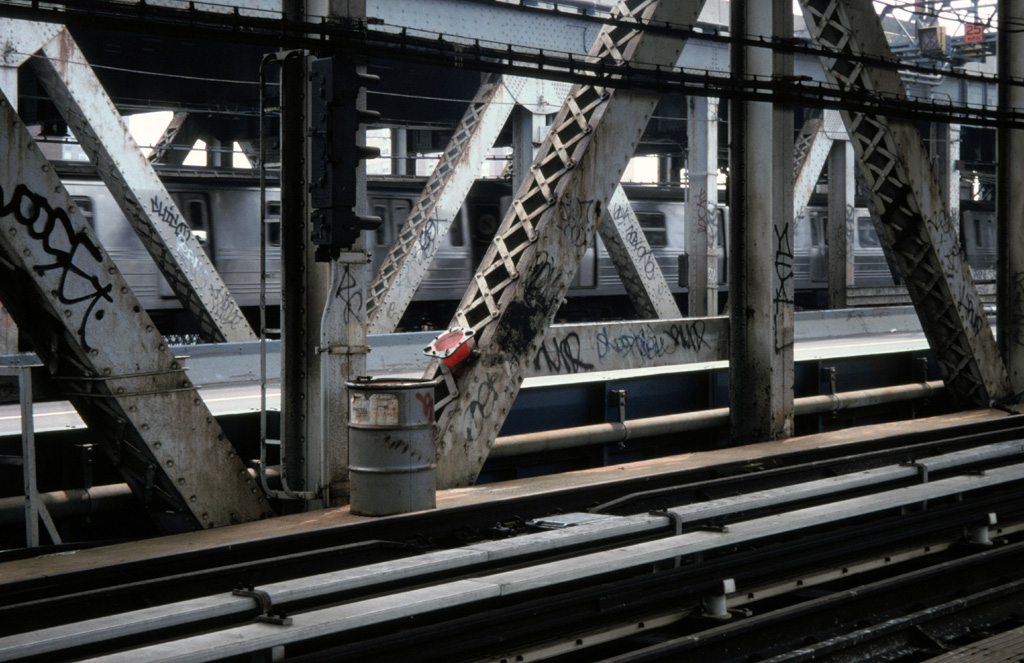 (248k, 1024x663)<br><b>Country:</b> United States<br><b>City:</b> New York<br><b>System:</b> New York City Transit<br><b>Location:</b> Manhattan Bridge<br><b>Photo by:</b> Chris Leverett<br><b>Date:</b> 7/27/1997<br><b>Notes:</b> View from south side walkway, Manhattan side. Trains on north side.<br><b>Viewed (this week/total):</b> 5 / 2997
