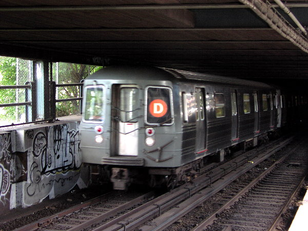 (83k, 600x450)<br><b>Country:</b> United States<br><b>City:</b> New York<br><b>System:</b> New York City Transit<br><b>Location:</b> Manhattan Bridge<br><b>Route:</b> D<br><b>Car:</b> R-68 (Westinghouse-Amrail, 1986-1988)  256x <br><b>Photo by:</b> Trevor Logan<br><b>Date:</b> 7/15/2001<br><b>Viewed (this week/total):</b> 0 / 9356