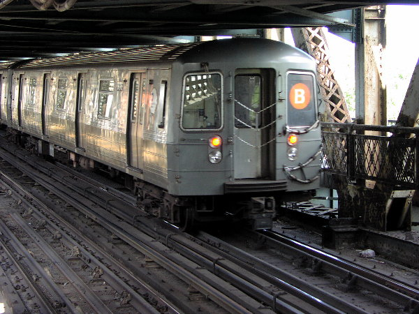 (93k, 600x450)<br><b>Country:</b> United States<br><b>City:</b> New York<br><b>System:</b> New York City Transit<br><b>Location:</b> Manhattan Bridge<br><b>Route:</b> B<br><b>Car:</b> R-68A (Kawasaki, 1988-1989)  5176 <br><b>Photo by:</b> Trevor Logan<br><b>Date:</b> 7/15/2001<br><b>Viewed (this week/total):</b> 3 / 7965