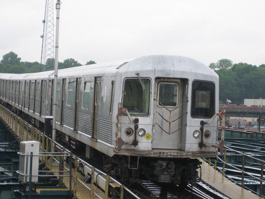 (127k, 1024x768)<br><b>Country:</b> United States<br><b>City:</b> New York<br><b>System:</b> New York City Transit<br><b>Line:</b> BMT Canarsie Line<br><b>Location:</b> Atlantic Avenue <br><b>Route:</b> L<br><b>Car:</b> R-42 (St. Louis, 1969-1970)  4833 <br><b>Photo by:</b> Michael Hodurski<br><b>Date:</b> 6/8/2006<br><b>Viewed (this week/total):</b> 6 / 2351