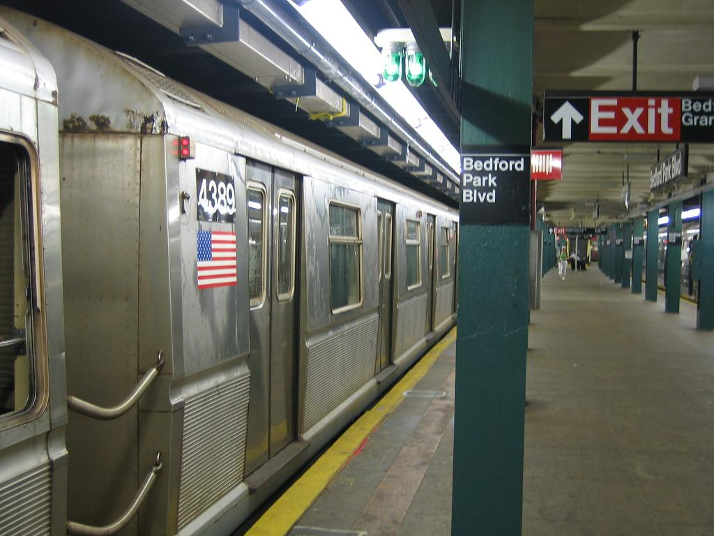 (109k, 1024x768)<br><b>Country:</b> United States<br><b>City:</b> New York<br><b>System:</b> New York City Transit<br><b>Line:</b> IND Concourse Line<br><b>Location:</b> Bedford Park Boulevard <br><b>Route:</b> B<br><b>Car:</b> R-40 (St. Louis, 1968)  4389 <br><b>Photo by:</b> Michael Hodurski<br><b>Date:</b> 8/11/2006<br><b>Viewed (this week/total):</b> 0 / 1808