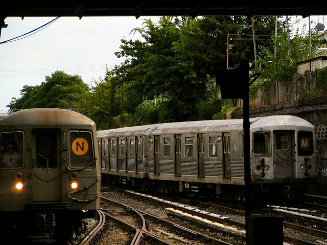 (119k, 640x480)<br><b>Country:</b> United States<br><b>City:</b> New York<br><b>System:</b> New York City Transit<br><b>Line:</b> BMT Sea Beach Line<br><b>Location:</b> Kings Highway <br><b>Route:</b> M<br><b>Car:</b> R-42 (St. Louis, 1969-1970)  4612 <br><b>Photo by:</b> Dante D. Angerville<br><b>Date:</b> 8/22/2006<br><b>Viewed (this week/total):</b> 5 / 2430