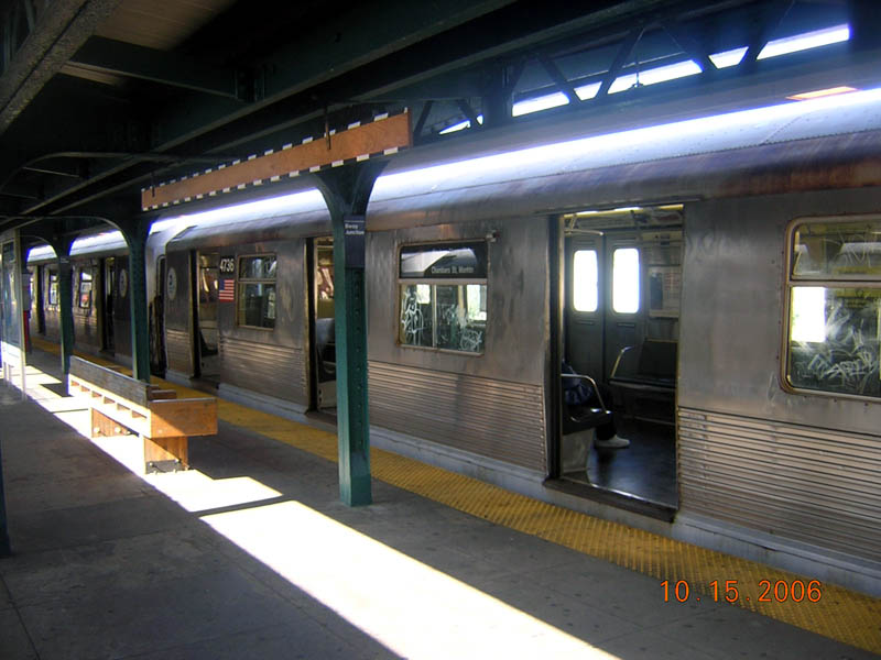 (94k, 800x600)<br><b>Country:</b> United States<br><b>City:</b> New York<br><b>System:</b> New York City Transit<br><b>Line:</b> BMT Nassau Street/Jamaica Line<br><b>Location:</b> Broadway/East New York (Broadway Junction) <br><b>Route:</b> J<br><b>Car:</b> R-42 (St. Louis, 1969-1970)  4736 <br><b>Photo by:</b> Robert Mencher<br><b>Date:</b> 10/15/2006<br><b>Viewed (this week/total):</b> 0 / 2046