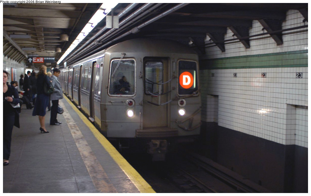 (142k, 1044x659)<br><b>Country:</b> United States<br><b>City:</b> New York<br><b>System:</b> New York City Transit<br><b>Line:</b> IND 6th Avenue Line<br><b>Location:</b> 23rd Street <br><b>Route:</b> D<br><b>Car:</b> R-68 (Westinghouse-Amrail, 1986-1988)  2750 <br><b>Photo by:</b> Brian Weinberg<br><b>Date:</b> 11/9/2006<br><b>Notes:</b> Express train on local track was in-service but did not stop.<br><b>Viewed (this week/total):</b> 4 / 3600