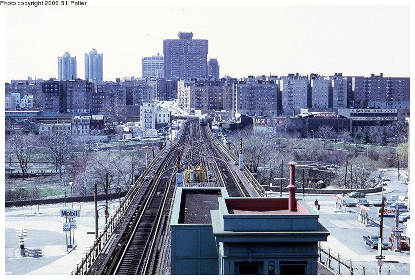 (170k, 820x553)<br><b>Country:</b> United States<br><b>City:</b> New York<br><b>System:</b> New York City Transit<br><b>Line:</b> 3rd Avenue El<br><b>Location:</b> Gun Hill Road <br><b>Photo by:</b> Kenneth Palter<br><b>Collection of:</b> Bill Palter<br><b>Date:</b> 4/1973<br><b>Notes:</b> View of 3rd Ave. el from upper level.<br><b>Viewed (this week/total):</b> 0 / 2427