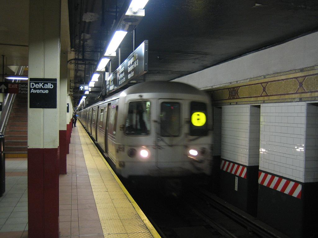 (104k, 1024x768)<br><b>Country:</b> United States<br><b>City:</b> New York<br><b>System:</b> New York City Transit<br><b>Location:</b> DeKalb Avenue<br><b>Route:</b> R<br><b>Car:</b> R-46 (Pullman-Standard, 1974-75)  <br><b>Photo by:</b> Michael Hodurski<br><b>Date:</b> 10/25/2006<br><b>Viewed (this week/total):</b> 0 / 3697