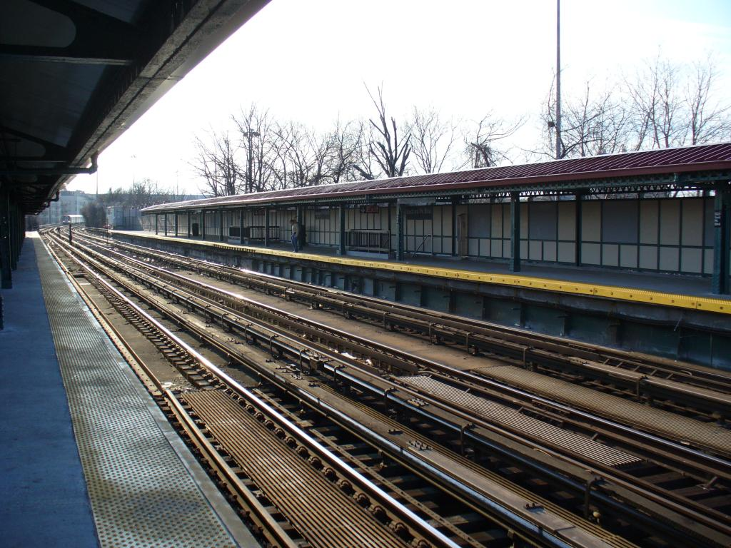 (179k, 1024x768)<br><b>Country:</b> United States<br><b>City:</b> New York<br><b>System:</b> New York City Transit<br><b>Line:</b> IRT Woodlawn Line<br><b>Location:</b> Bedford Park Boulevard <br><b>Photo by:</b> Robbie Rosenfeld<br><b>Date:</b> 12/29/2006<br><b>Notes:</b> Station overview.<br><b>Viewed (this week/total):</b> 4 / 1782