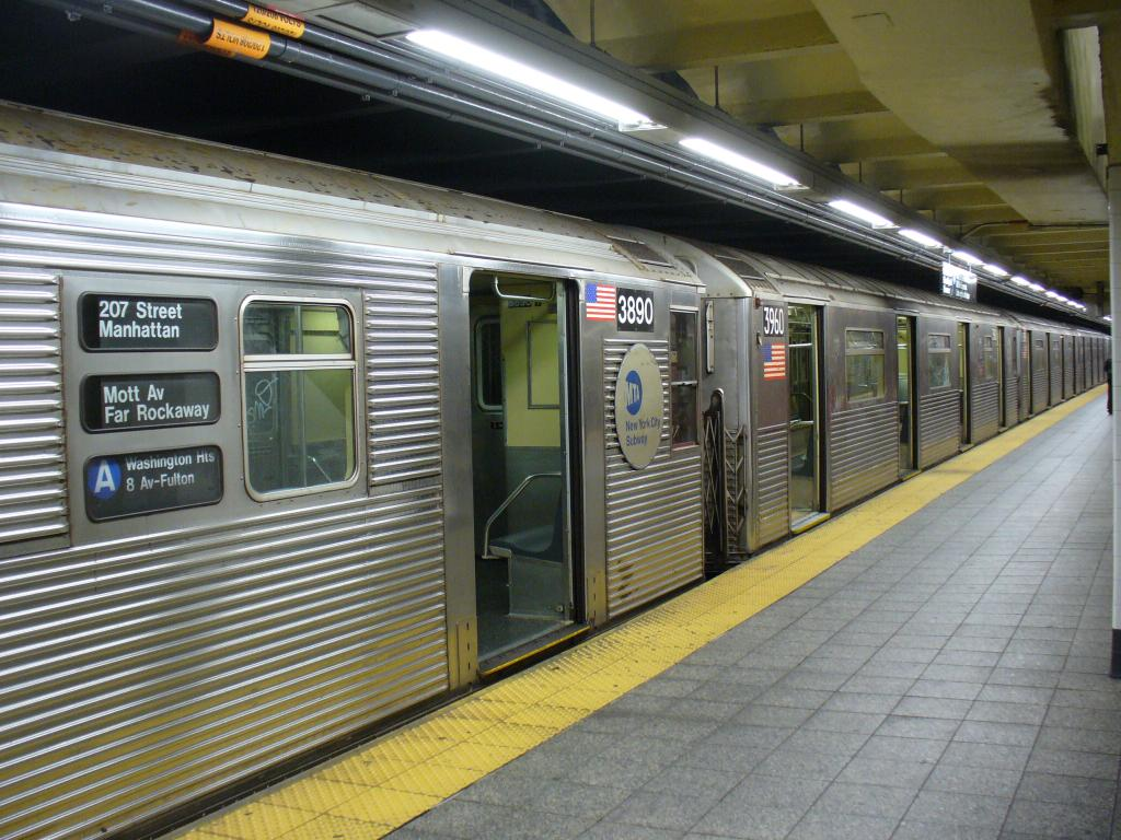 (159k, 1024x768)<br><b>Country:</b> United States<br><b>City:</b> New York<br><b>System:</b> New York City Transit<br><b>Line:</b> IND 8th Avenue Line<br><b>Location:</b> 207th Street <br><b>Route:</b> A<br><b>Car:</b> R-32 (Budd, 1964)  3890 <br><b>Photo by:</b> Robbie Rosenfeld<br><b>Date:</b> 12/27/2006<br><b>Notes:</b> R32 3890 coupled to R38 3960.<br><b>Viewed (this week/total):</b> 2 / 2837