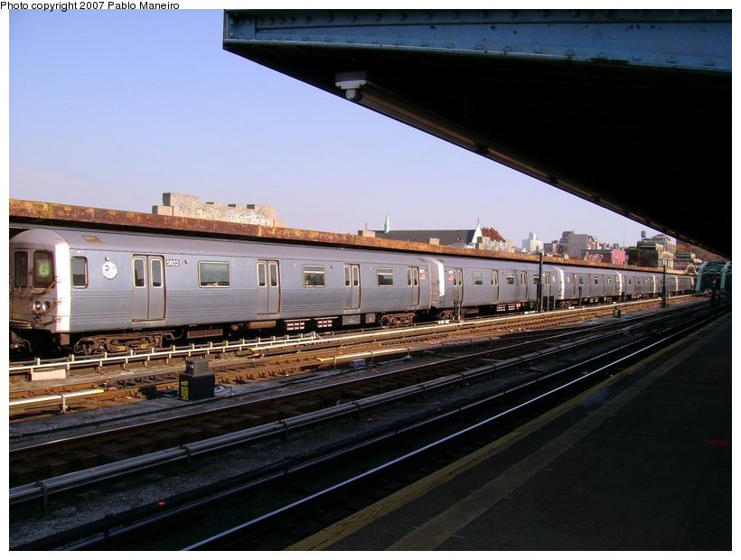 (117k, 820x620)<br><b>Country:</b> United States<br><b>City:</b> New York<br><b>System:</b> New York City Transit<br><b>Line:</b> IND Crosstown Line<br><b>Location:</b> 4th Avenue <br><b>Route:</b> G<br><b>Car:</b> R-46 (Pullman-Standard, 1974-75) 5922 <br><b>Photo by:</b> Pablo Maneiro<br><b>Date:</b> 11/5/2006<br><b>Viewed (this week/total):</b> 4 / 2262