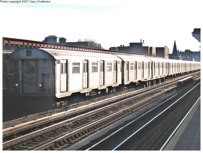 (111k, 820x620)<br><b>Country:</b> United States<br><b>City:</b> New York<br><b>System:</b> New York City Transit<br><b>Line:</b> BMT Astoria Line<br><b>Location:</b> 30th/Grand Aves. <br><b>Route:</b> W<br><b>Car:</b> R-32 (Budd, 1964)  3942 <br><b>Photo by:</b> Gary Chatterton<br><b>Date:</b> 11/21/2006<br><b>Viewed (this week/total):</b> 0 / 1372